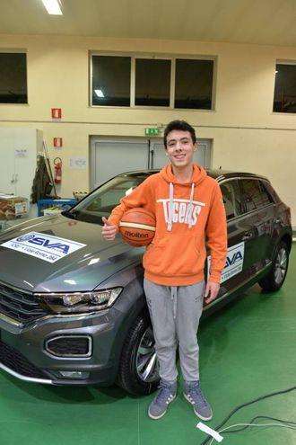 Si tratta di un tiro di cui difficilmente si dimenticherà: grazie a quel canestro, il giovane si è aggiudicato una automobile, una Volkswagen Up messa a disposizione dallo sponsor Sva Plus (Foto Frasca)