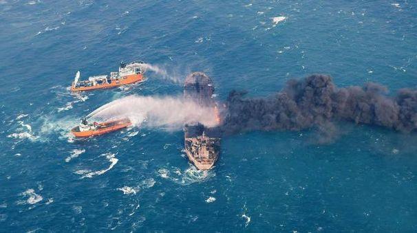 La petroliera iraniana Sanchi in fiamme al largo di Shanghai (Ansa)