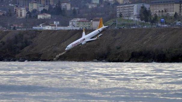 Turchia, aereo in bilico sulla scogliera del Mar Rosso (Ansa)