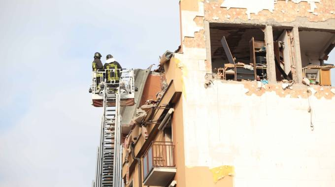 Vigili del fuoco al lavoro per rimuovere le macerie (Lapresse)