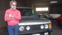 Roldano Botrini, titolare della ditta Autogold, con la Range Rover appartenuta a Berlusconi che custodisce ad Altopascio
