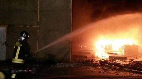 Incendio, vigili del fuoco al lavoro