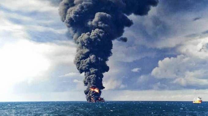 Affonda petroliera nel mar cinese (Ansa)