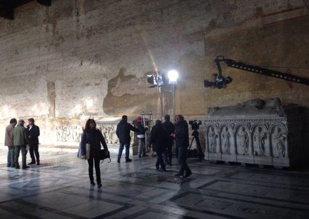 Alberto Angela sul set della sua trasmissione, all'interno del Camposanto Monumentale in piazza dei Miracoli (Fonte: PisaInforma Flash).