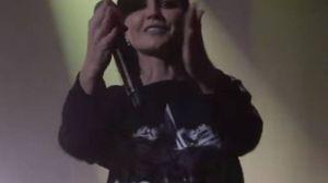 Dolores O'Riordan, il bacio al fan nell'ultimo live