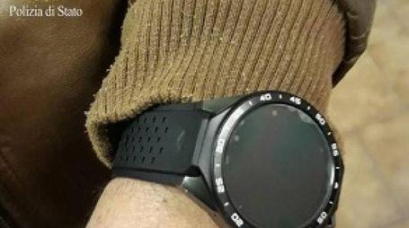 L'orologio con telecamera per superare, illegalmente, i test  per la patente (Polizia)