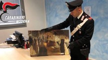 I carabinieri mostrano  il quadro rubato