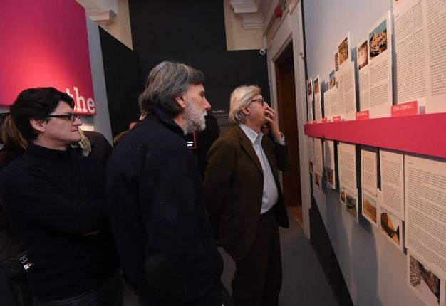 Sgarbi si è intrattenuto molto, incuriosito dalle opere presenti (Foto Schicchi)