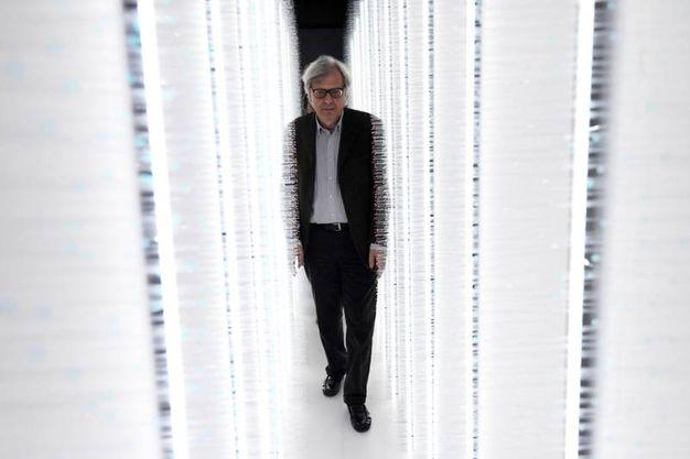 Sgarbi attraversa l'installazione di Hitomi Sato 'Sense of field' (Foto Schicchi)