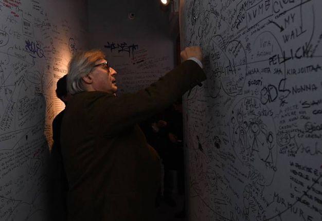 Immancabile un graffito sul muro per gli ospiti (Foto Schicchi)