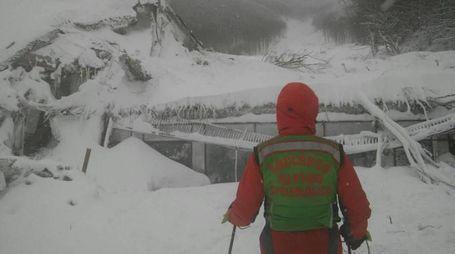 Hotel Rigopiano, il primo soccorritore giunto con gli sci (Ansa)