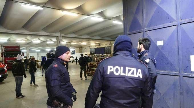 La polizia in una delle aziende sequestrate (Foto Attalmi)