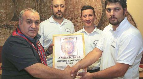 Tre dei soci titolari della Guercia premiati da uno chef
