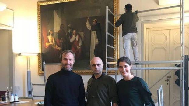 L'installazione a Palazzo Vecchio, con l'assessore al bilancio Lorenzo Perra, a sinistra