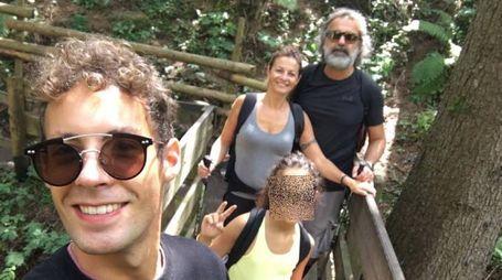 Una foto di famiglia con Davide Cantarelli sullo sfondo