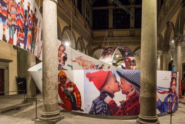 La mostra di United Colours of Benetton nel cortile di Palazzo Strozzi