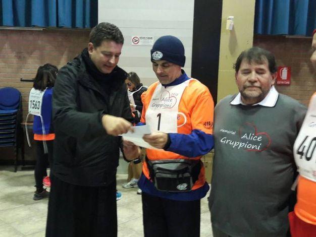 Don Massimo Vacchetti consegna a Valerio Gruppioni la lettera del vescovo Matteo Zuppi