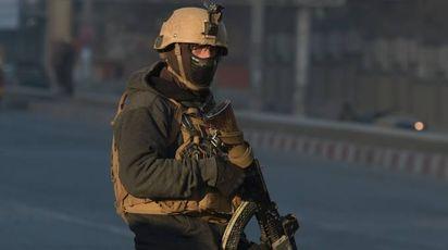 Un agente delle forze di sicurezza afgane (Lapresse)