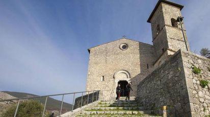 Frosinone, suicida dopo accusa abusi: impiccato davanti a una chiesa (foto Ansa)