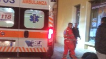 L'ambulanza soccorre un giovane a terra