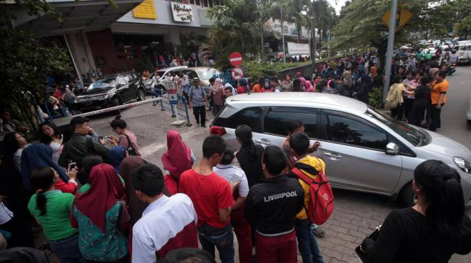 Terremoto a Giacarta, gente in strada (Ansa)