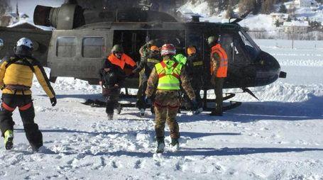 Valanghe, l'evacuazione con gli elicotteri dell'Esercito (Ansa)