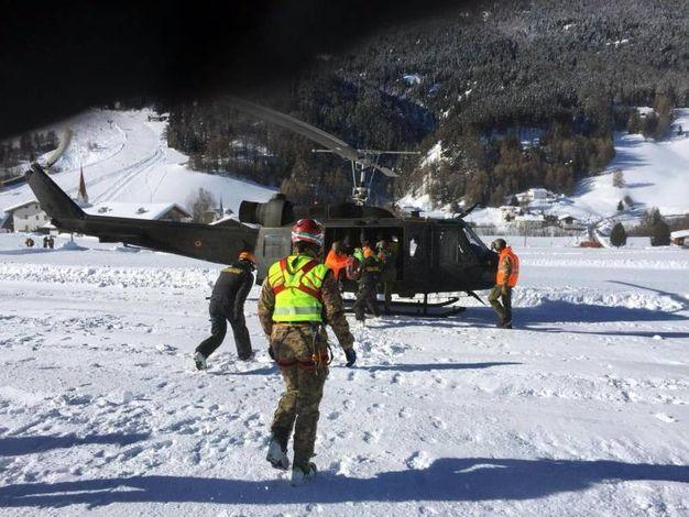 L'evacuazione con l'elicottero dell'esercito (Ansa)