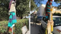 Le sciarpe legate ai pali della luce a Pisa