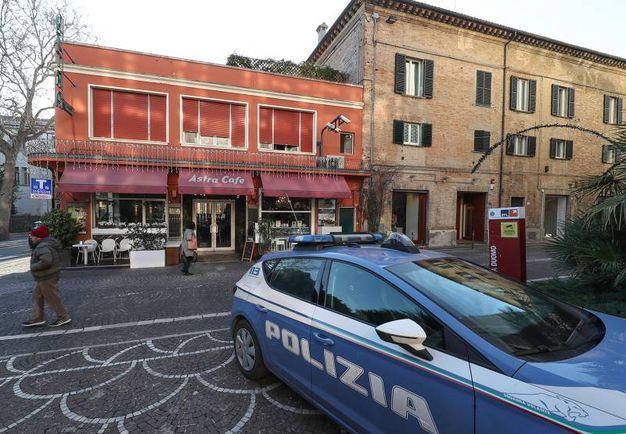 La polizia davanti al Bar Astra (Fotoprint)