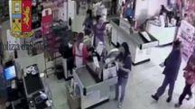 Il rapinatore in azione nei filmati di videosorveglianza