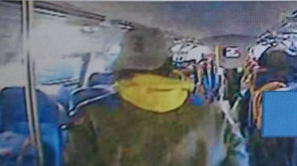 Le immagini delle telecamere sui treni ritraggono il ladro in azione