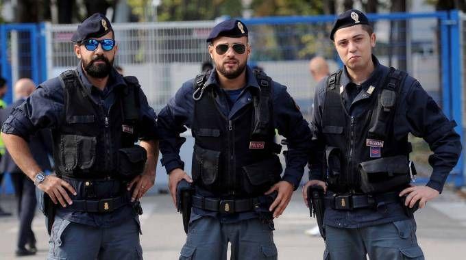 Poliziotti in servizio durante una partita al Mazza