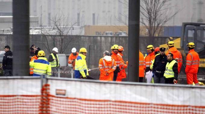 Operai e soccorritori al lavoro sul luogo della tragedia