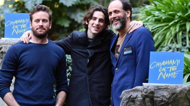 Luca Guadagnino (a destra) con Armie Hammer e Timothée Chalamet