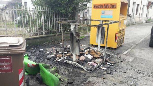 Uno dei cassonetti andati a fuoco