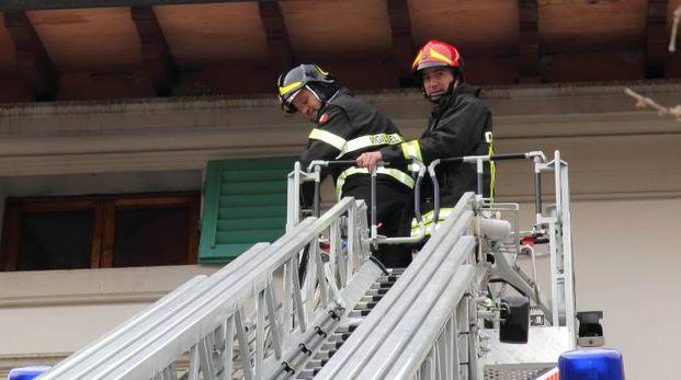 L'intervento dei pompieri al commissariato