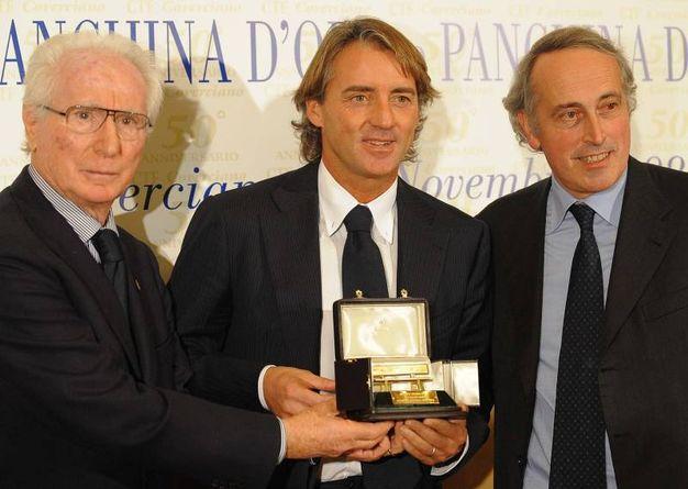 Con Roberto Mancini e Giancarlo Abete (Ansa)