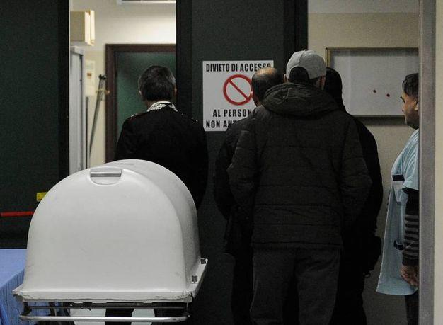 L'esame del cadavere della donna rinvenuto in due valigie abbandonata (foto Calavita)