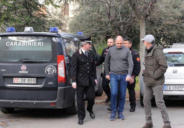 I Ris dei Carabinieri con il medico legale entrano all'obitorio di Macerata (foto Calavita)