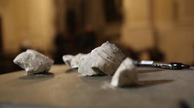 Il materiale caduto dal tetto (Marco Mori / New Press Photo)