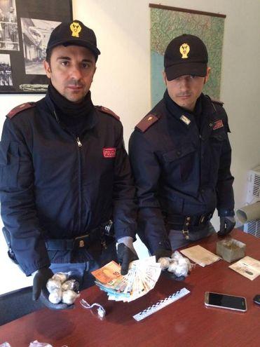 Aveva spruzzato deodorante sulla droga per evitare i controlli, spacciatore arrestato (Samanta Panelli)