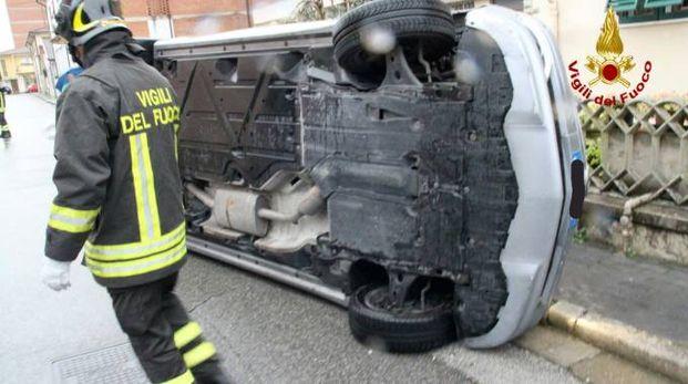 L'auto ribaltata su un fianco a Ponsacco