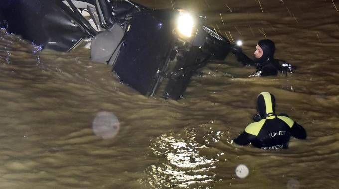 Il recupero dell'auto su cui erano le vittime (Foto Novi)
