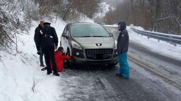Carabinieri aiutano gli automobilisti a montare le catene