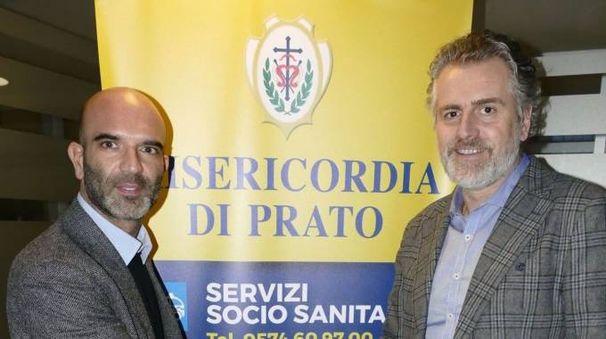 Tommaso Signorini (Conad) e Andrea Gori (Misericordia) stringono  il patto che permette di prenotare prestazioni mediche nei punti vendita