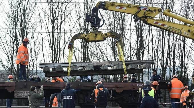 La rimozione del tratto di binario dove il 25 gennaio si è verificato l'incidente ferroviario a Pioltello