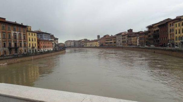 L'Arno a Pisa la mattina di domenica 4 febbraio