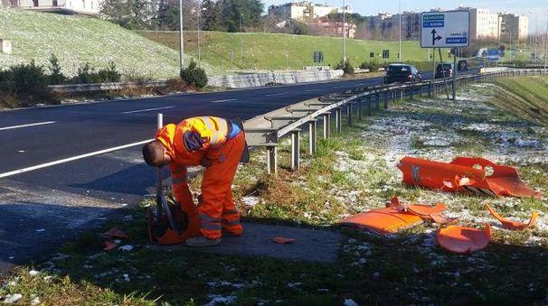 Un operaio al lavoro per pulire l'area dai detriti