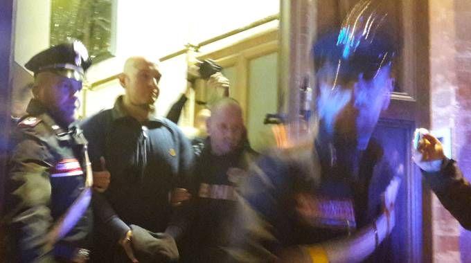 Luca Traini, 28 anni, esce nella notte dalla caserma dei carabinieri