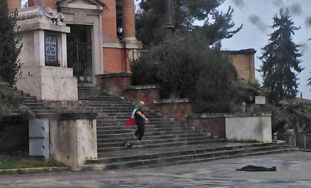 Luca Traini sta per arrendersi: saluto romano e tricolore al collo